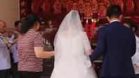 广西一小伙娶媳妇,带新娘拜祭祖宗牌位,全是过世了的祖先