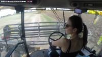 大型农场之美女驾驶联合收割机新荷兰CR 9060收割大豆