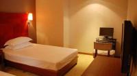 酒店的单人床,为啥都放2个枕头,前台美女不小心说漏嘴