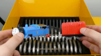 将托马斯小火车放入切割机内,会是什么效果呢,儿子看了都哭了