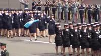 日本阅兵是,女兵背得小挎包里究竟装了啥?