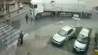 女子到死也没想明白,大货车怎么突然发动了,监控还原事故真相