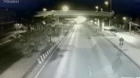 女司机被撞掉下立交桥,又遭大货车2次碾压,监控拍下的恐怖车祸!