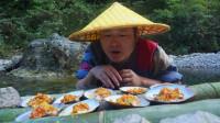 第一次见这样吃河蚌,加上辣椒酱放炭火上一烤,这味道真让人着迷