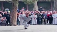 武僧表演少林绝技,往地上猛摔的这一下,一看就是真功夫!