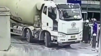"""监控:水泥车刚出来,工人感觉不对劲,罐车瞬间""""消失""""!"""