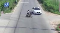 电动车加女司机,无辜白车被害惨,监控拍下这无耻一幕!