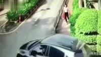 娃在前面骑车跑,娘在后面慢悠走,结果孩子被女司机给撞了!