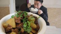 排骨也降了25一斤,买点排骨土豆来红烧,红烧汤汁拌饭吃着才爽