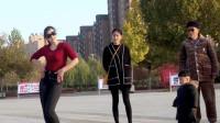 公园散步一美女跳舞引来一家三口围观大家说这画面温馨吗