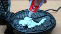 老外将牙膏挤在电饼铛上,启动开关后,发生了奇妙的科学反应