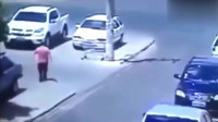 监控下闹鬼了?手推车竟自己移动去撞向路过的汽车