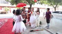江西22岁小伙,娶了24岁村花,彩礼43万,新娘嫌少,没进家门把钱扔了一地
