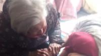 喝水不,娘来了,娘来了,100岁的妈妈来看奄奄一息的女儿,泪目了!