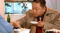 彪哥吃白菜汤面,不时发出哧溜的声音,吃得真香!