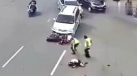 监控:电动车女子当着交警的面任性变道,结果直接被越野车撞飞!