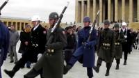 外国仪仗队换岗仪式,正步太尴尬,跟闹着玩似的