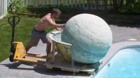 重达2048斤的浴盐球,推入泳池会发生什么?入水的瞬间太刺激