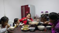 胖妹回娘家蹭饭,老爸烧牛肉火锅,2个素菜,团圆饭吃起来就是香