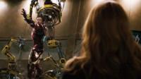 钢铁侠正在卸甲,全程痛得不行,这一幕恰好被小辣椒看见