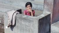 印度女人上厕所,为什么从来不用纸?看看当地生活习惯就明白了