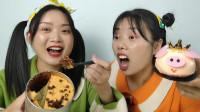"""闺蜜恶作剧:妹妹吃""""火锅蛋糕""""巴适得很,姐姐手拿猪头包直撇嘴"""
