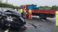 为什么出了车祸之后,轿车的雨刮器总会启动摆来摆去?