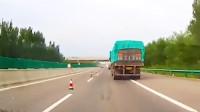 当前车突然减速,后面的车就要注意了!监控拍下的这一幕笑疯