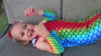 萌娃小可爱的这身打扮可真漂亮呀!萌娃:快带我去水里吧!