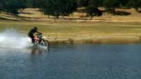 速度够快就能水上漂?老外百米外骑车冲刺,入水堪比打水漂!