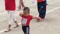 萌娃每天都出去跳广场舞,网友:一看就是奶奶带大的,太可爱了!