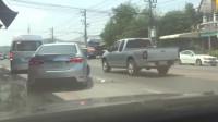 男子指责车主不能乱丢垃圾,车主的一个动作回复让男子无语!