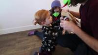 萌娃小可爱收到了新的玩具!小家伙真是兴奋呀!萌娃:看我的厉害!