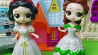 童话王国的小白雪和小贝儿公主被冰封了,白雪公主和贝儿公主都很着急,小朋友你们能送小爱心救小公主们吗?