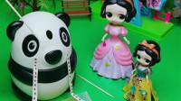 童话王国的白雪公主有一个大熊猫玩具,大熊猫玩具里面会有很实用的东西出来,小朋友知道是什么吗?