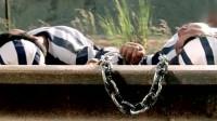 富贵列车:囚犯为了把链子弄断,跑火车轨道上睡觉,结果却逗了
