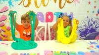 萌娃小可爱们的黏泥可真是不少呢!两个小家伙可真会玩呀!—萌娃:真有趣!