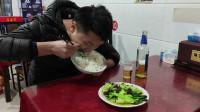 入味哥昨天吃冒了,今天吃8元炒青菜一盆饭一瓶酒,狼吞虎咽真香!看饿了