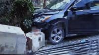 上海一女司机驾车遇碰擦失控 撞倒围墙压死22岁外卖小哥
