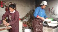 孩子们都在家,丹丹和婆婆厨房里面备食材,给孩子们改善生活