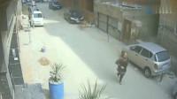 监控:大妈走在小巷,荒唐的一幕发生了,真是太丢人了