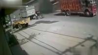天上突然掉辆大货车,如果不是监控,根本不敢相信