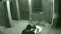 灵异事件:女子正在客厅独自吃饭,监控拍下这诡异的画面!