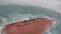 一艘渔船在厦门海域遇险翻沉 13人获救4人失联 救援视频曝光