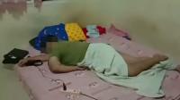 儿子躺床上边玩手机边充电变趴姿黑尸 母亲惊见泪崩报警