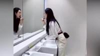 美女刚进厕所就发现不对劲,看到这一幕,立马往外跑!