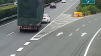女司机高速上截杀大货车,货车司机含泪和她同归于尽