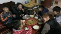 孩子们终于等到丰盛的晚饭,丹丹油条鸡肉炸丸子,整个饭桌全是爱