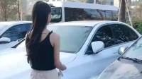 聪明的美女女司机,用这一招上车!网友:好身材才是关键