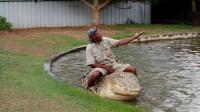 作死男子坐到鳄鱼身上,意想不到的事发生,镜头拍下全过程